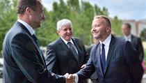 Bývalý ministr �ivotního prost�edí Tomá� Chalupa (vpravo) zdraví svého nástupce Tomá�e Podivínského, kterého 11. �ervence uvedl do funkce premiér Ji�í Rusnok. | na serveru Lidovky.cz | aktu�ln� zpr�vy