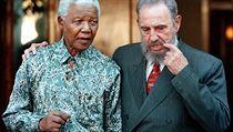Bývalý jihoafrický prezident s kubánským prezidentem Fidelem Castrem (vpravo) p�i náv�t�v� Mandelova domova v johannesburgském Houghtonu (zá�í 2001). | na serveru Lidovky.cz | aktu�ln� zpr�vy