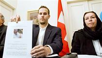 Man�elka Roberta Levinsona Christine se synem Danielem, který noviná��m ukazuje portrét svého otce (�výcarská ambasáda v Teheránu, 22. prosince 2007). | na serveru Lidovky.cz | aktu�ln� zpr�vy