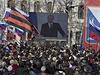 Lidé v Sevastopolu sledují projev ruského prezidenta Putina, přenášený na velkoplošnou obrazovku.