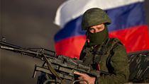 Na Krymu vl�dne nap�t�. Pro-rusk� voj�k br�n� �zem� s kulometem v ruce.