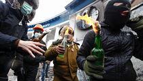 Demonstranti úto�ící 20. ledna v Kyjev� na policii molotovovými koktejly. | na serveru Lidovky.cz | aktu�ln� zpr�vy
