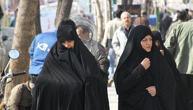 Z cestování po Íránu. Íránské �eny jdou ulicí. | na serveru Lidovky.cz | aktu�ln� zpr�vy