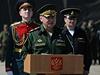 Rusk� ministr obrany Sergej �ojgu promlouv� k rusk�m jednotk�m shrom�d�n�m na vojensk� z�kladn� v Sevastopolu.