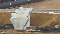 Stavba dálnice D8 u Řehlovic: mostní pilíř dálničního nadjezdu. Stav k listopadu 2013.
