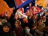 Erdoganovi přívrženci slaví v ulicích jeho vítězství v prezidentských volbách.