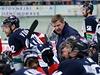 Trenér Rostislav Čada mluví k hráčům Slovanu, vlevo Michal Vondrka