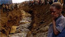 Masový hrob obětí genocidy (archivní snímek z 20. července 1994).