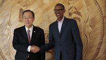 Generální tajemník OSN Pan Ki-mun a rwandský prezident Paul Kagame (vpravo) na pietním obřadu k dvacetiletému výročí genocidy.