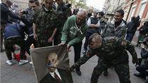 Příslušníci kyjevské domobrany ničí Leninův portrét ((ilustrační fotografie).