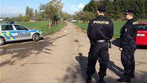 V ulici K Netlukám v pražské Uhříněvsi byla nalezena těla mrtvého chlapce a staršího muže