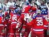 Hokejisté Lva Praha se radují z vítězství.