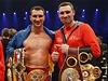 Bratři Kličkové se po vítězství Vladimira (vlevo) vyfotili se svými tituly