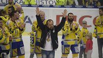 Rostislav Vlach a jeho svěřenci - mistři extraligy v sezoně 2013/14.