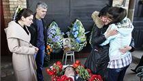 Příbuzní zavražděného proukrajinského politika Volodomyra Rybaka truchlí nad jeho rakví. | na serveru Lidovky.cz | aktuální zprávy