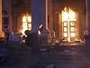 """""""Třicet lidí se otrávilo oxidem uhelnatým, osm vyskočilo z oken ve snaze zachránit se před ohněm,"""" citoval list Ukrajinska pravda z policejního prohlášení."""