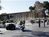 Bezpe�nostn� opat�en� p�ed budovou parlamentu v Tripolisu.