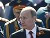 Rusk� prezident Vladimir Putin na slavnostn� vojensk� p�ehl�dce. V pozad�...