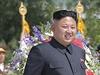 Kim Čong-un přihlíží slavnostnímu odhalení soch Kim Ir-sena a Kim Čong-ila.