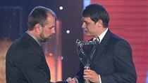 Redaktor Lidových novin Tomáš Vrábel předává cenu zlínskému trenérovi Rostislavu Vlachovi.