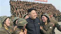 Kim �ong-un obklopen� dojat�mi severokorejsk�mi voja�kami (ilustra�n�...