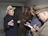 Severokorejský vůdce Kim Čong-il v doprovodu důstojníků.