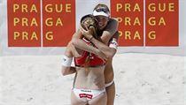 Turnaj Světového okruhu žen v plážovém volejbalu Prague Open 2014 v Praze. Vítězná česká dvojice Kristýna Kolocová (zády) a Markéta Sluková.