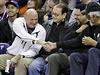 Fanoušek basketbalu a bývalý šéf Microsoftu Steve Ballmer (vlevo) si potřásá...