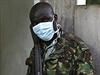 Keňský policista na stráži před márnicí, v níž jsou uloženy oběti útoku.