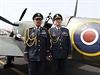 Váleční veteráni pózují před stíhacím letounem Spitfire XVI.