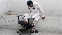 Muž oplakává smrt svého příbuzného, který zahynul během útoku Talibanu na letiště v Karáčí.