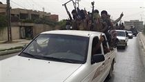 Bojovníci ISIL v ulicích dobytého Mosulu. | na serveru Lidovky.cz | aktu�ln� zpr�vy