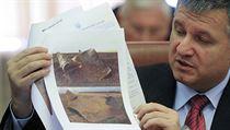 Ukrajinský ministr vnitra Arsen Avakov ukazuje snímky, jež zachycují následky... | na serveru Lidovky.cz | aktuální zprávy
