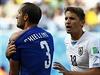Kousl mě, tady je důkaz! Ital Giorgio Chiellini reklamuje u rozhodčího Suárezův...