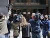 Novin��i p�ed vchodem do budovy protikorup�n� kancel��e francouzsk� policie, kde byl vysl�ch�n Nicolas Sarkozy