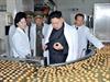 Kim Čong-un se dívá na severokorejskou výrobu sušenek.