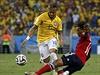 Skluz! Brazilec Neymar a Juan Cuadrado z Kolumbie.