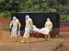 Pracovníci humanitární organizace Léka�i bez hranic vyná�ejí jednu z ob�tí eboly | na serveru Lidovky.cz | aktu�ln� zpr�vy