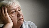 Péče o seniory je výnosný byznys. Starých lidí závislých na pomoci druhých přibývá a s tím roste i počet načerno provozovaných sociálních center.