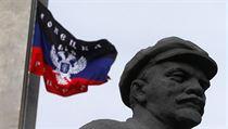 Vlajka separatist� u Leninovy sochy v centru Don�cku.