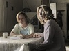 Zůstat, či odjet? Sestry Marunu (Tatiana Vilhelmová) a Jarunu (Lenka Krobotová) čeká rozdílný osud.