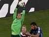 Mám! Gólman Manuel Neuer ve výskoku.