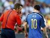 Argentinec Lionel Messi v diskuzi s rozhod��m.