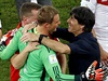 Manuel Neuer oslavuje triumf na světovém šampionátu.