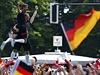 Brankář Neuer a brankář Müeller slaví v ulicích Berlína.