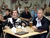 Dmitrij Medveděv a Vladimir Putin při sledování fotbalového utkání.