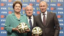 Rusk� prezident Vladimir Putin p�evzal za dohledu ��fa FIFA Seppa Blattera od...