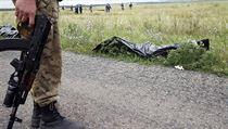 Ozbrojený separatista na místě pádu malajsijského letadla.
