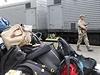 V chladírenských vozech jsou umístěny vaky s téměř 200 těly, která o víkendu záchranáři vynesli z místa pádu letadla.
