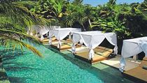Relaxace je možné si užívat jak u společného bazénu, tak přímo před vilou